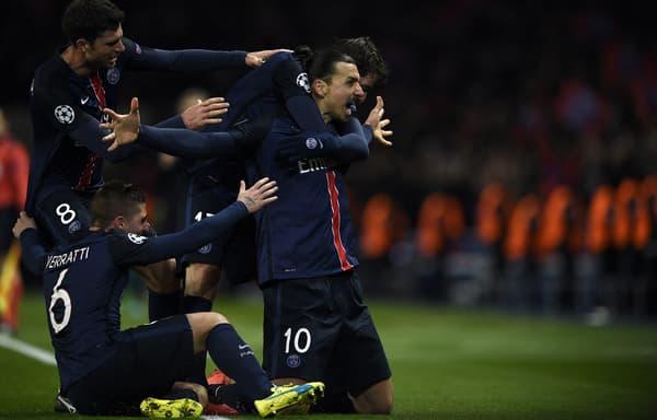 Zlatan Ibrahimovic célèbre un but avec ses coéquipiers du PSG face à Chelsea en huitième aller de la Ligue des champions en février 2016