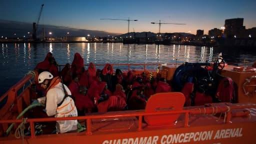 Un groupe de migrants sauvés par un bateau espagnol le 13 janvier 2018