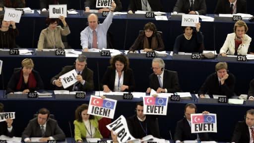 Les rangs socialistes et écologistes au Parlement européen lors d'un vote sur l'adhésion de la Turquie, le 15 décembre 2004 à Strasbourg.