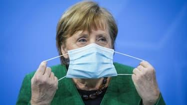 La chancelière allemande Angela Merkel enlève son masque au début d'une conférence de presse le 23 mars 2021 à Berlin. (Photo d'illustration)