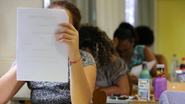 Des élèves de terminale en train de plancher sur les épreuves du baccalauréat à la Réunion en juin 2017.