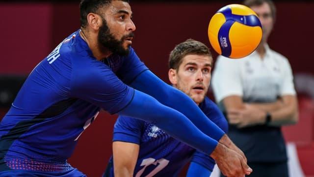 Les Français Earvin Ngapeth (g) et Trévor Clévenot contre la Pologne en quart de finale du tournoi de volley-ball des JO de Tokyo, le 3 août 2021