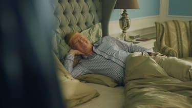 Un sosie de Donald Trump pose dans un lit, pour cette publicité