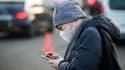 Une personne porte un masque Porte Maillot, à Paris, le 23 janvier 2017. (Photo d'illustration)