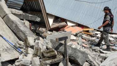 Un officier indonésien dans un village détruit par le séisme du 29 juillet dernier - AULIA AHMAD / AFP