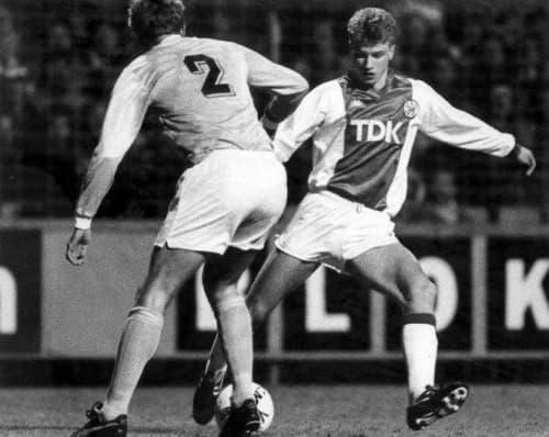 Dennis Bergkamp (de face) en mars 1987 avec l'Ajax face à Malmö en Coupe des Coupes