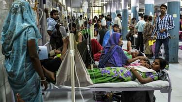 Face à l'épidémie de dengue, certains patients doivent partager le même lit, comme dans cet hôpital public à New Delhi, le 15 septembre dernier.