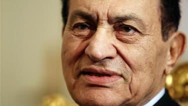 Hosni Moubarak et deux autres anciens responsables égyptiens ont été condamnés samedi à des amendes dont le total s'élève à 540 millions de livres égyptiennes (90,64 millions de dollars) pour avoir suspendu internet et le réseau de téléphone mobile pendan