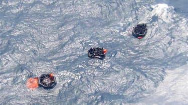 Des survivants du naufrage d'un ferry dans des canots de sauvetage en Papouasie-Nouvelle-Guinée. Une centaine de personnes seraient coincées à l'intérieur du MV Rabaul Queen qui a coulé au large de la côte nord-est du pays et les chances de retrouver des