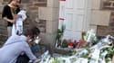Devant la maison de la famille Dupont de Ligonnès, à Nantes. Plusieurs centaines de personnes ont défilé mardi dans la ville à la mémoire des cinq membres défunts de cette famille. /Photo prise le 26 avril 2011/REUTERS/Julie Louise