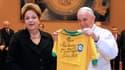Le pape François a reçu des mains de Dilma Rousseff un maillot dédicacé par Pelé.