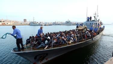 Des migrants recueillis par les garde-côtes libyens, le 26 mai 2017 à Tripoli