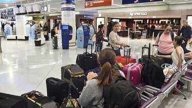 Des passagers attendent un vol à Orly le 18 septembre.