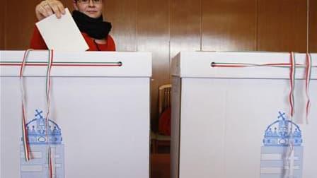 Dans un bureau de vote à Budapest. Les conservateurs du Fidesz se dirigent vers une large victoire au second tour des élections législatives ce dimanche en Hongrie, où ils espèrent atteindre la majorité qualifiée des deux tiers au Parlement. /Photo prise