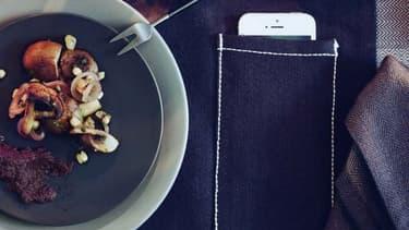 Le set de table est adapté aux convives qui ont la fâcheuse habitude de poser leur smartphone à côté d'eux pendant le repas.