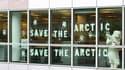 Des militants de Greenpeace se sont introduits jeudi matin dans les locaux de Shell France, à Colombes (Hauts-de-Seine), pour protester contre un projet de forage pétrolier en eau profonde dans l'Arctique. /Photo prise le 19 juillet 2012/REUTERS/Nicolas C
