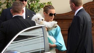 Francesca Pascale, la compagne de Silvio Berlusconi, avec son chien Dudù le 31 juillet 2013.