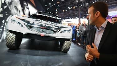 Emmanuel Macron au Mondial de l'Automobile de Paris le 15 octobre 2015, face au Peugeot 3008 DKR.
