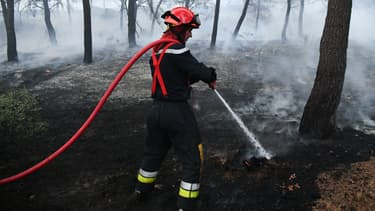 Un pompier éteint un départ de feu à Port-de-Bouc le 10 août 2017. Photo d'illustration