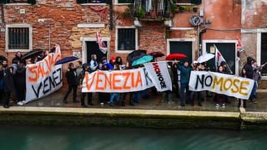 Des manifestants ont dénoncé l'inaction des autorités à Venise ce dimanche.