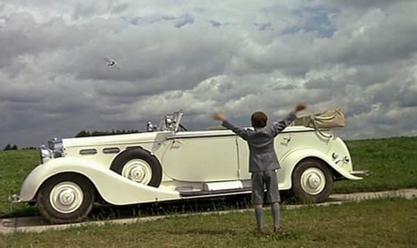 Cette scène est une des plus célèbres du film, entre l'avion de Jean-Paul Belmondo et la voiture.
