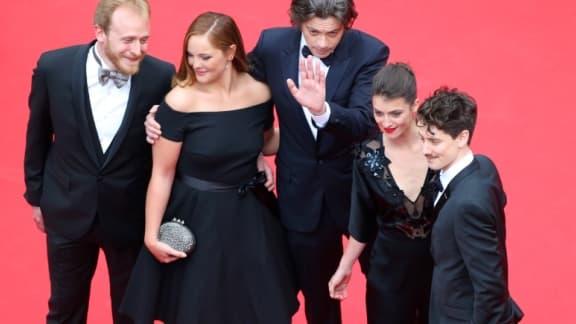 Barbara Probs (deuxième à gauche) a fait parler d'elle en montant les marches avec une robe La Redoute.
