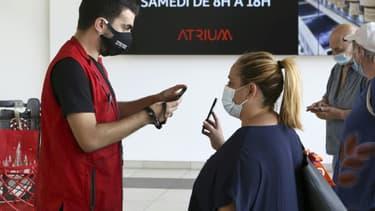 Contrôle du pass sanitaire à l'entrée d'un centre commercial à Ajaccio, le 16 août 2021