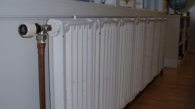 La loi et son décret fixent l'obligation d'installer des appareils de mesure de température par logement, a priori sur les radiateurs.