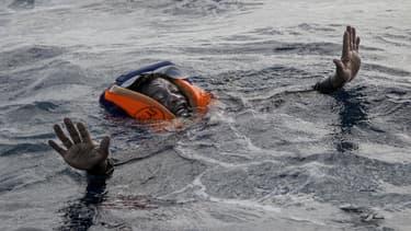 Un migrant secouru par l'ONG allemande Sea-Watch au large de la Libye, le 6 novembre 2017