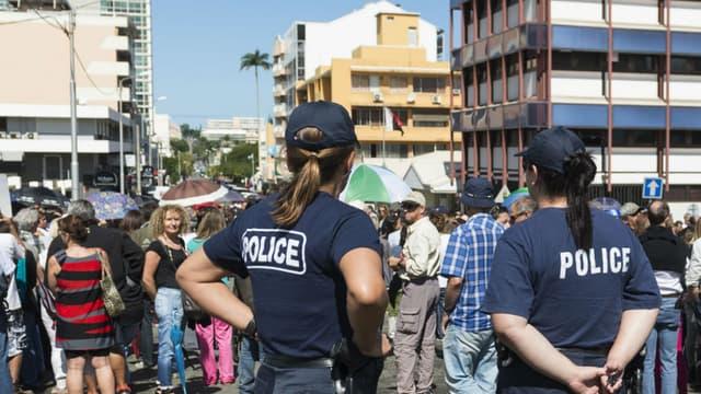 La police à Nouméa, durant une marche contre la violence en août 2015.