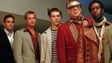 "Le premier volet de la saga ""Ocean's Eleven"" est sorti en 2001 avec George Clooney, Brad Pitt et Matt Damon."