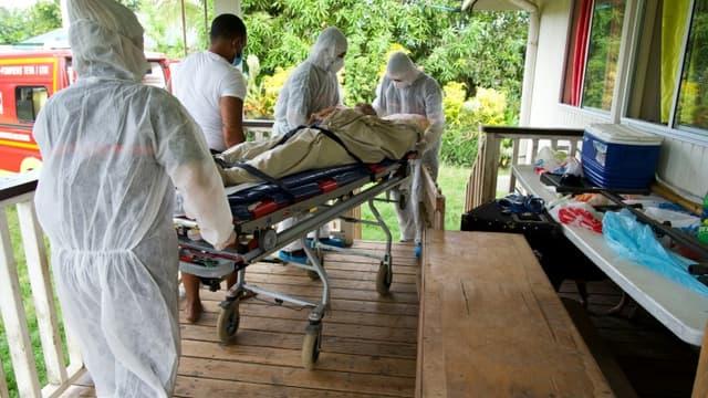 Des pompiers emmènent un patient atteint du Covid-19 sur un brancard pour le transporter à l'hôpital, le 8 septembre 2021 à Pirae, en Polynésie française.