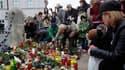 Dépôt de fleurs et de bougies devant le Palais présidentiel à Varsovie. De nombreux dirigeants mondiaux ont exprimé leur désarroi et adressé leurs condoléances à la Pologne après l'annonce de la mort du président polonais Lech Kaczynski, tué samedi dans u