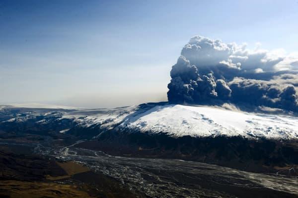 Le volcan Eyjafjallajokull lors de son éruption en 2010.