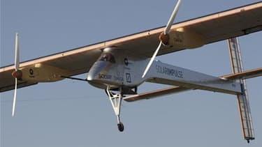 """Le """"Solar Impulse"""", avion fonctionnant à l'énergie solaire, a effectué vendredi un vol international inédit avec pour mission de démontrer le potentiel d'un mode de transport aérien non polluant. /Photo d'archives/REUTERS/Denis Balibouse"""