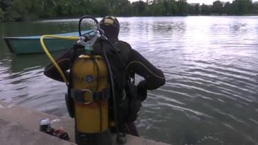 Des plongeurs explorent le lac de la Tête d'Or à Lyon.