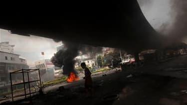 Dans une rue de Bangkok, lundi. Un assaut de l'armée thaïlandaise contre les manifestants antigouvernementaux semble inéluctable dans la capitale, chaque camp restant sur ses positions après quatre jours d'affrontements ayant fait 37 morts et des centaine