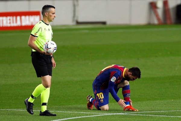 Lionel Messi et l'arbitre Santiago Jaime Latre
