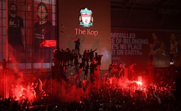 Les fans de Liverpool fêtent le titre de Premier League 2020 devant Anfield