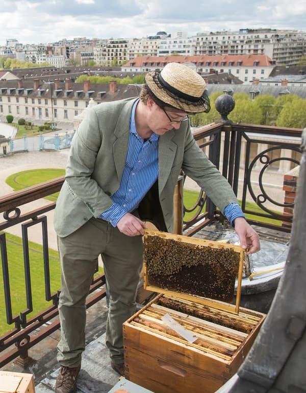 Audric de Campeau, 33 ans, ancien cadre au marketing de Tag-Heuer (LVMH) devenu apiculteur.