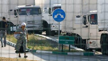 """Des camions d'un convoi russe de """"camions blancs"""" stationnés à la frontière ukrainienne, le 22 août 2014."""