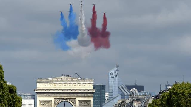 Les Alpha Jet de la Patrouille de France lancent le coup d'envoi du défilé du 14 juillet.