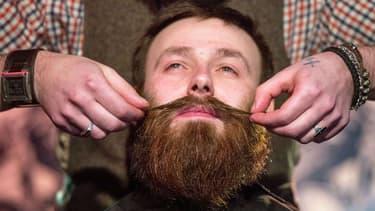 Les hommes entretiennent leur barbe.