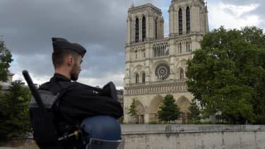 Un policier près de Notre-Dame de Paris.