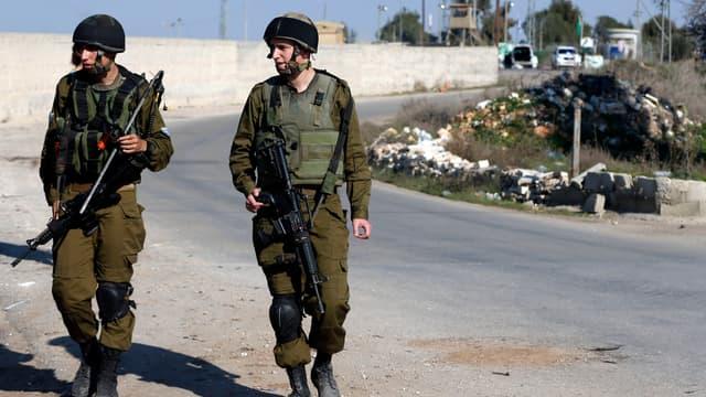 Deux soldats israéliens se tiennent près d'un poste militaire à Jérusalem, le 24 décembre 2015.