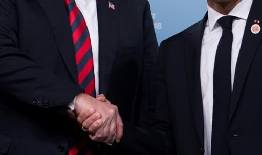 Encore une ferme poignée de mains entre les présidents américain et français, à La Malbaie le 8 juin 2018