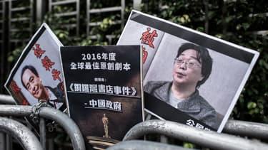 Des pancartes à l'effigie de Lee Bo, à gauche, et Gui Minhai, deux libraires disparus depuis plusieurs semaines à Hong Kong. L'enquête a depuis démontré qu'ils se trouvent en Chine.