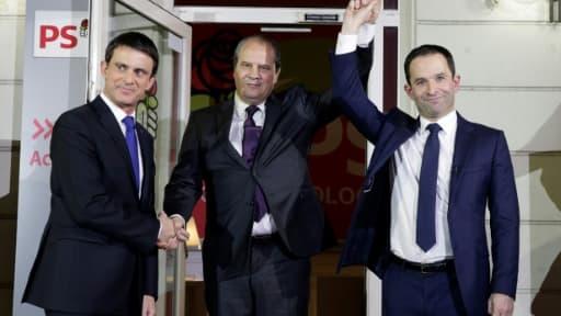 Jean-Christophe Cambadelis entre Manuel Valls et Benoît Hamon au soir du second tour de la primaire socialiste élargie le 29 janvier 2017 à Paris