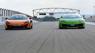 Deux supercars prêtes à s'affronter sur la piste : en orange, la McLaren 570 S, en vert, la Lamborghini Huracan