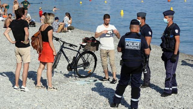 Des forces de l'ordre contrôlent le port du masque sur une plage de Nice, pendant l'été 2020 (image d'illustration)